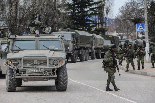 Tunnuksettomia venäläissotilaita Krimin Sevastopolissa maaliskuussa 2014.