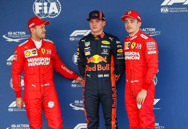 Max Verstappen (keskellä) vihjailee Ferrarin kiertäneen sääntöjä ennen Red Bullin tutkintapyyntöä.