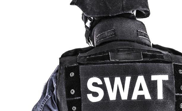 Swattingissa poliisit yritetään saada hälytettyä uhrin kotiin.