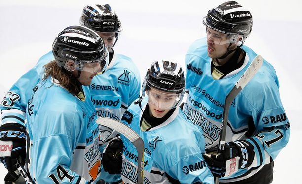 Iikka Kangasniemi (2. oik.) avasi Pelicansin maalihanat toisen erän lopulla ja syötti Miska Siikonen päätöserässä tekemän 3-1-maalin.
