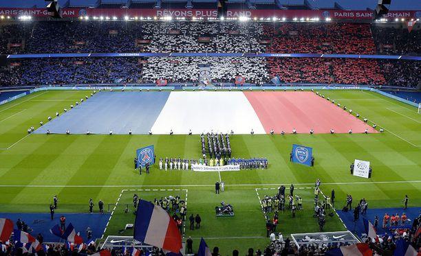 Pariisin marraskuun 13. iskujen uhreja muistetaan ennen jalkapallopelin avausta 28.11.