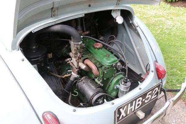 Renaultin 4CV:n takaluukussa muhii 750-kuutioinen moottori, joka kehittää 17 hevosvoimaa. Ranskan kielessä CV (chevaux) tarkoittaa verohevosvoimaa, joka määräytyi entisaikoina moottoritilavuuden mukaan, ei oikeiden hevosvoimien mukaan.