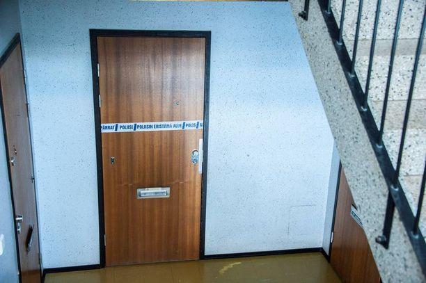 Vuonna 1980 syntynyt mies kuoli helmikuun puolivälissä tässä asunnossa Tuusulassa poliisin luotiin.