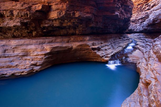 Kermit's Pool on punaisten kallioiden ympäröimä luonnonallas läntisessä Australiassa sijaitsevassa Karjinin kansallispuistossa. Altaan väri on intensiivinen sen syvyyden ansiosta.