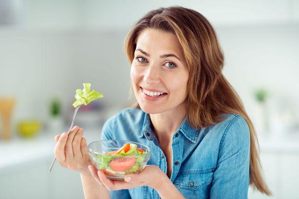 Vihreä ja punainen, suussa rouskuva ruoka tekee hyvää.