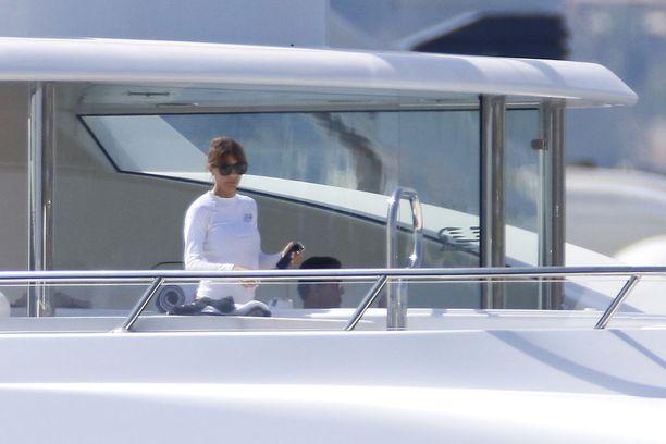 Jennifer suojasi silmänsä aurinkolasein.