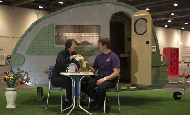 Ed ja Annie Diment rakentamansa asuntovaunun edustalla.