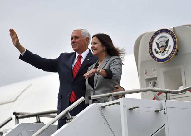 Mike Pence ja hänen puolisonsa Karen Pence lensivät Irlannin-vierailun aikana saaren puolelta toiselle.