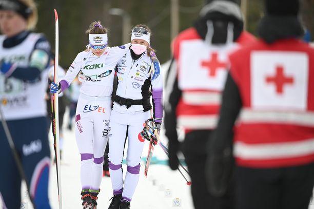 Eveliina Piippo (vas.) sai tukea joukkuekaveriltaan Katri Lylynperältä SM-viestin jälkeen.