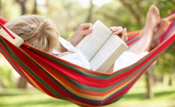 Lukeminen rentouttaa ja vie hetkeksi pois arjesta.