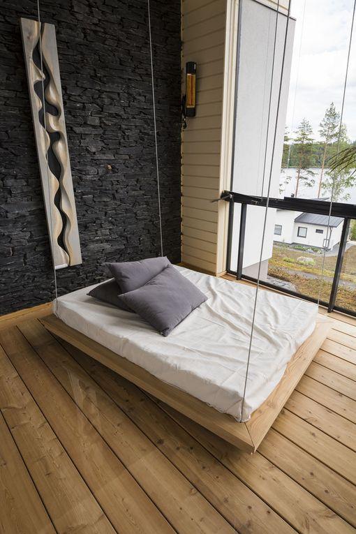 Katosta roikkuva lavetti keinuttaa miellyttävästi. Asuntomessukohde 16.