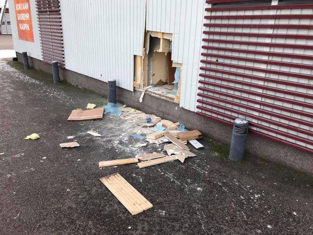 Murtovarkaat tekivät kaupan seinään reiän ja ottivat mukaansa seinän toisella puolella olleen kassakaapin.