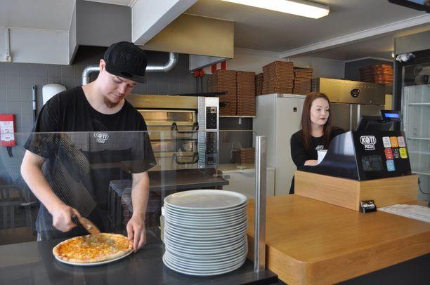 Jukka Rajala ja Karoliina Mäenpää pyörittävät Kotipizzaa Maarianhaminassa. Asiakkaat ovat tulleet kyselemään heiltä mannersuomalaisesta taustasta.