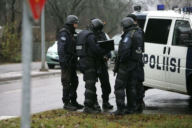 Poliisi pelasti Sunisen ja muita oppilaita Jokelan koulukeskuksesta.