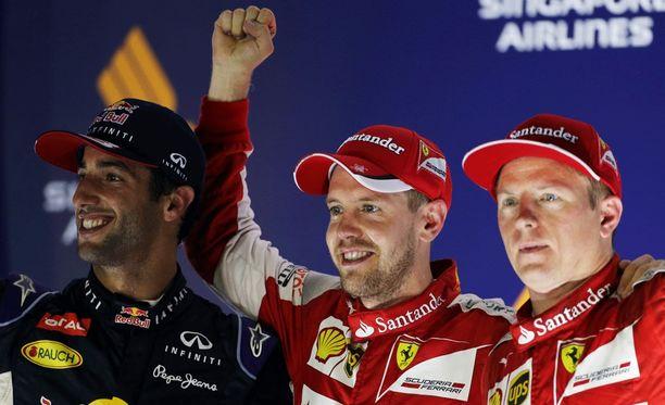 Sebastian Vettel (kesk.) sai Singaporen GP:n palkintopallille seurakseen Daniel Ricciardon ja Kimi Räikkösen.