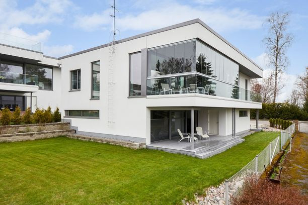 Espoossa sijaitsevasta modernista kivitalosta on merinäköala. Talon on suunnitellut arkkitehti Pet Michael.