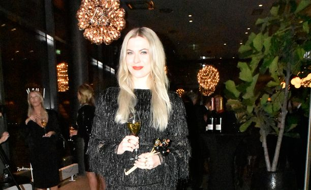 Jenni Vartiainen kertoo Elle-lehdelle julkaisevansa tulevaisuudessa iloisempaa musiikkia.