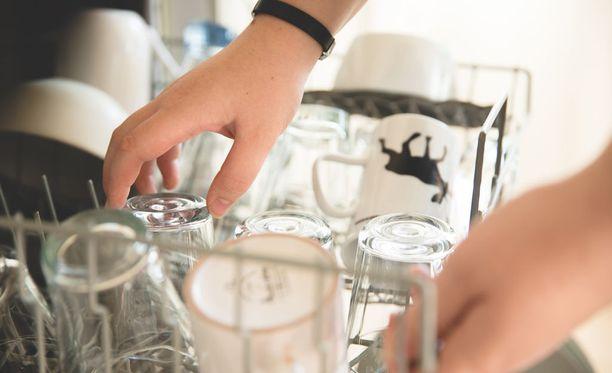 Jos aloitat tyhjentämisen yläosan kupeista, saattaa ällöttävä vesi roiskua alaosassa olevien puhtaiden lautasten päälle.