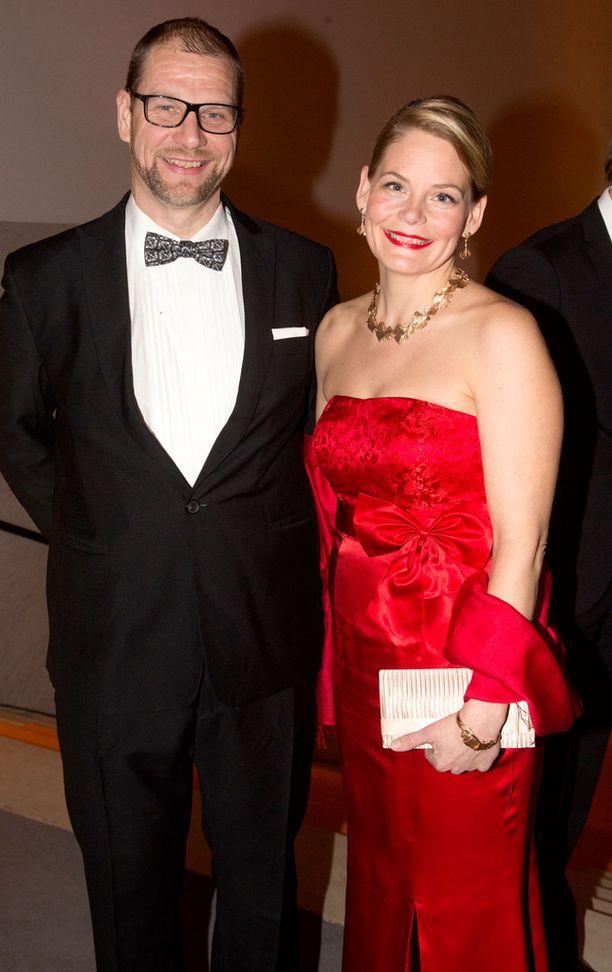 Johan Storgårdin vaimo Sanni Heinzmann lukeutui illan värikkäimpiin pukeutujiin.