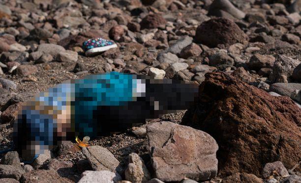 Pienen pojan ruumis rannalla lähellä Ayvacikin kaupunkia Turkissa.
