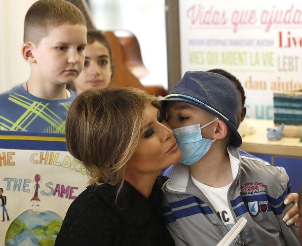 Bambimo Gesu -sairaalassa vieraillut Melania Trump sai yhdeltä pikkupotilaalta suukonkin.