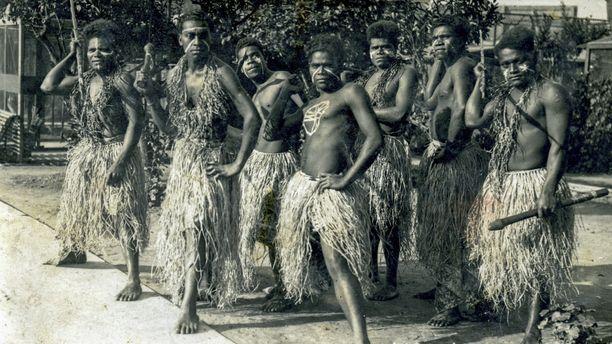 Marius Kaloïe (toinen vasemmalta) tuotiin heimonsa kanssa Ranskaan töihin, mutta joukko joutuikin nöyryytetyksi ihmisnäyttelyissä.