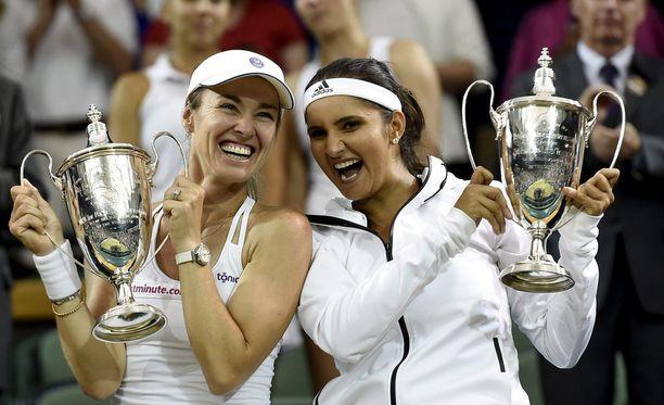 Martina Hingis ja Sania Mirza saivat riemuita Wimbledonin naisten nelinpelin mestaruutta.