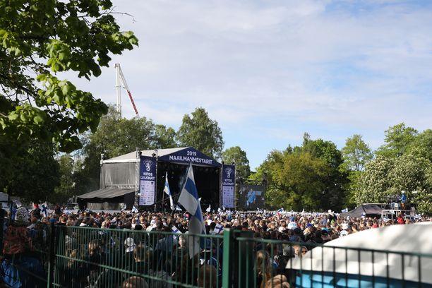 MM-Kultajuhlia vietettiin tänään Kaisaniemen puistossa. Mukana juhlimassa oli myös julkkiksia.
