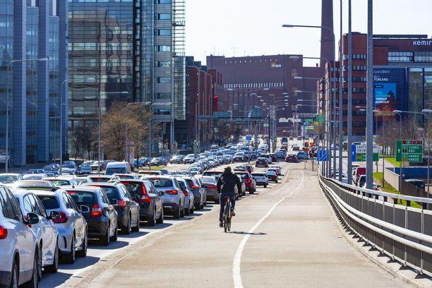 Hallituksen tavoite on vähentää liikenteen päästöjä.