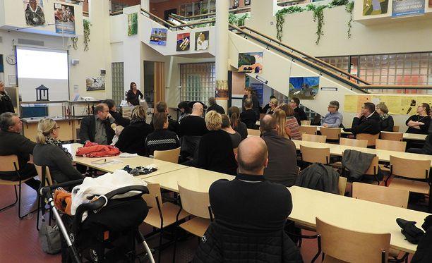 Keskustelutilaisuus keräsi runsaasti osanottajia.