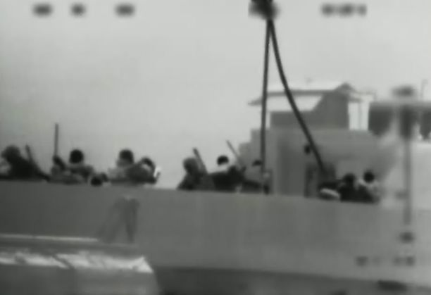 Israelin armeijan julkaisemaa videokuvaa. Kommandon mukaan aktivistit olivat aseistautuneet metalliputkilla ja kirveillä.