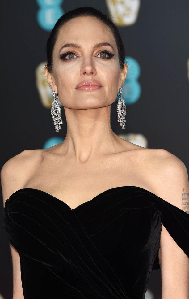 Angelina Jolie tuskin antaa piiruakaan periksi.