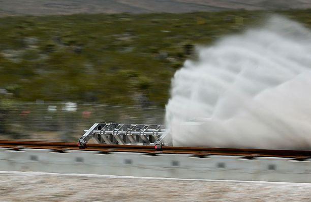 Hyperloop One koeajoi järjestelmänsä Nevadan testiradallaan toukokuussa. Toimiva prototyyppi pitäisi olla valmiina tämän vuoden lopussa.