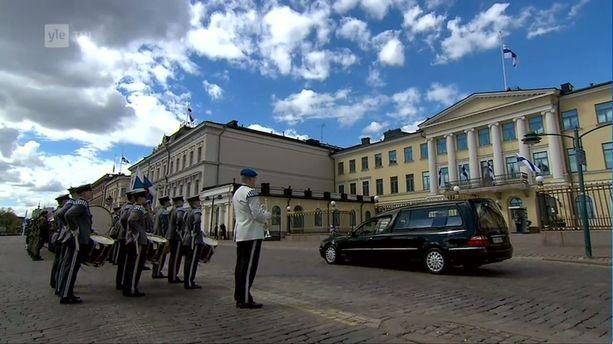 Soittokunta kunnioitti presidenttiä.