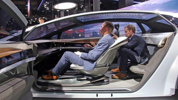 Matkustamossa istuimia voi käännellä tarpeen mukaan.