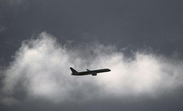 Lomalento lähti Helsinki-Vantaalta maanantaina aamulla, mutta matkustajat eivät olleet päässeet perille vielä tiistaina iltapäivälläkään. Madeiran kovan tuulet estivät koneen laskeutumisen. Kuvituskuva.