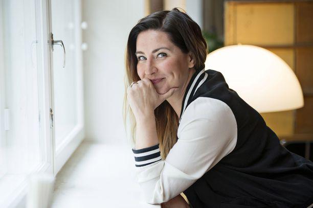 Toimittaja, juontaja Jenni Pääskysaari tunnetaan myös kirjailijana.