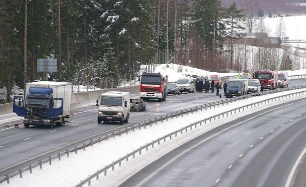 KRP pyytää kuitenkin edelleen yleisöltä vihjeitä tekijöistä ja Kiikalan keskustan liepeillä liikkuneista vieraista ihmisistä ja ajoneuvoista.
