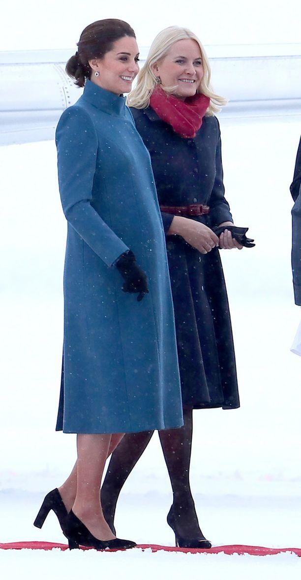 Sininen villakangastakki paljasti Katen somasti pyöristyneen vatsan.