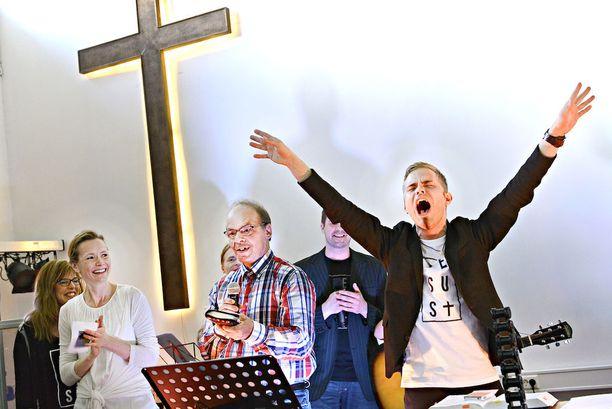 Patrick Tiainen erosi perustamastaan seurakunnasta - syynä auto-onnettomuus ja syrjähyppy miehen ...
