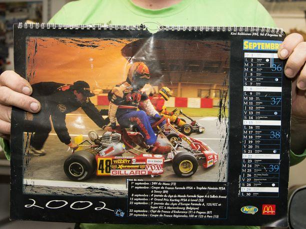 Kalle Jokinen työntää ja Kimi Räikkönen hyppää kyytiin. Kuva on Ranskan Val d'Argentonista vuodelta 1998, kun Räikkönen ajoi Peter de Bruijnin tallissa.