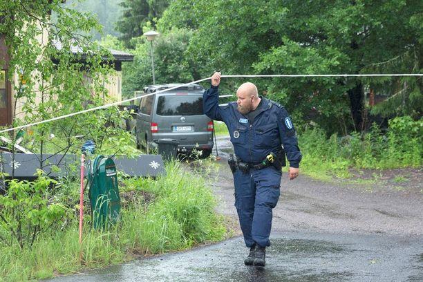 Poliisi eristi rakennuksen ja tontin pian välikohtauksen jälkeen.