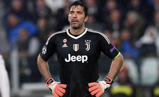 Gigi Buffon joutui antautumaan peräti kolme kertaa puolivälierän ensimmäisessä osaottelussa.