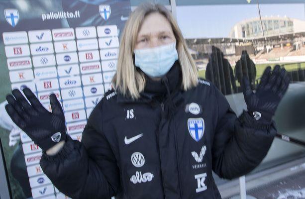 Päävalmentaja Anna Signeul alkoi heti miettiä keinoja kehittää Helmarien peliä entisestään.