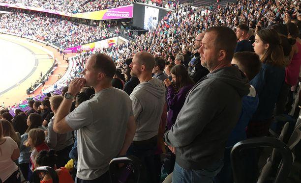 Pysäyttävä hetki Lontoon olympiastadionilla. Yleisö kunnioitti australialaisjuoksijan muistoa.