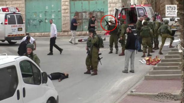 Azaria tuli paikalle vasta useita minuutteja sen jälkeen, kun palestiinalaismies oli jo tehty vaarattomaksi, latasi aseensa ja ampui.