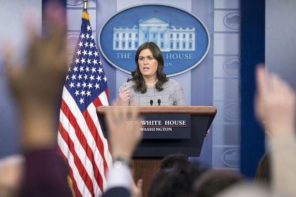 Valkoisen talon tiedottaja Sarah Huckabee Sanders on joutunut selittelemään Trumpin hallinnon tietovuotoja.