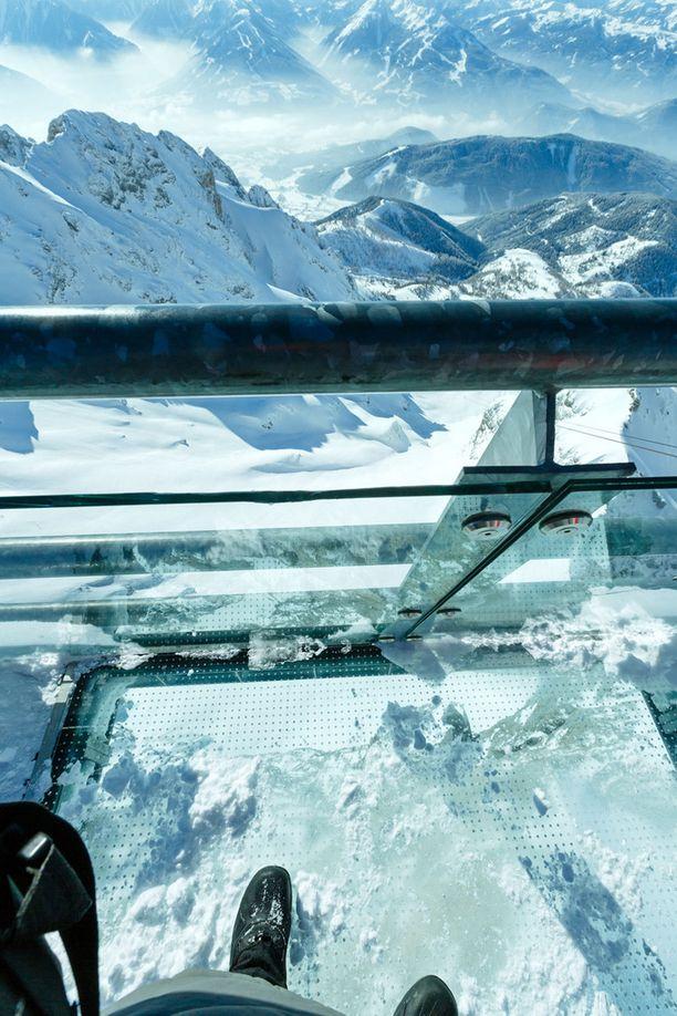 Dachstein Skywalk tarjoaa tällaisen näkymän Alpeille.