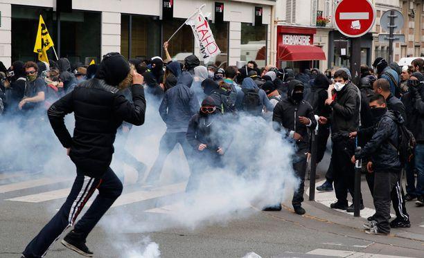 Poliisi turvautui kyynelkaasuun hajoittaakseen mielenosoituksen.