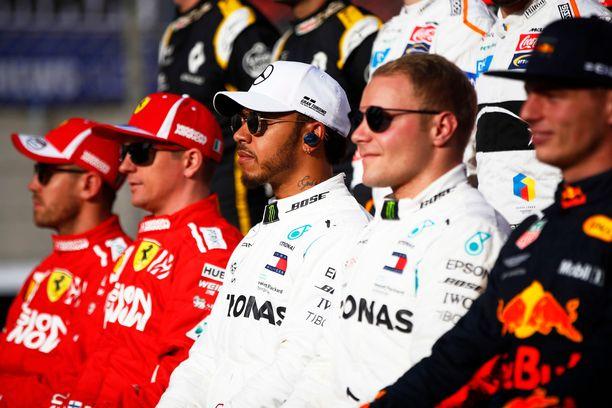 Max Verstappen (oikealla) listasi omasta mielestään potentiaaliset maailmanmestarit. Suomalaiset Kimi Räikkönen ja Valtteri Bottas eivät siihen joukkoon kuuluneet.